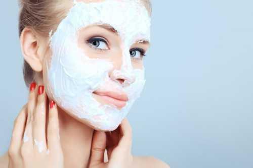 Для удаления маски в домашних условиях может быть использована вода комнатной температуры или травяной отвар