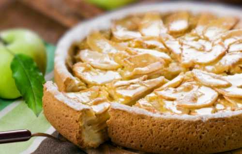 Когда пирог будет готов, переверните форму ивыложите наблюдо красивая часть смалиной ияблоками окажется сверху