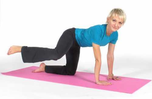 Согните одну ногу, другую держите прямо, приподнимите таз на пару сантиметров, напрягая ягодичные мышцы